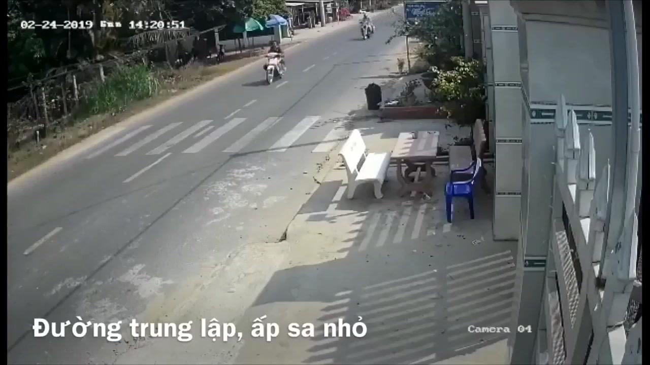 Cảnh 2 cô gái không đội mũ chạy trốn với tốc độ khá cao, phía sau là xe chuyên dụng của CSGT (Nguồn: Facebook)