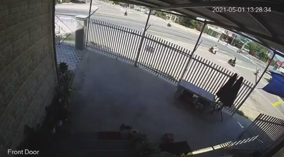 Video ghi lại mô tô phân khối lớn BMW S1000RR đối đầu xe khách tại Khánh Hòa